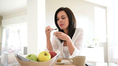 Posisi Tubuh yang Benar Saat Makan - food.idntimes.com
