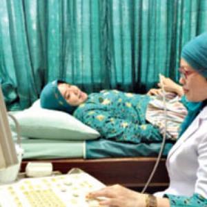 Dokter sedang memeriksa pasien di RS Siti Hajar, Sidoarjo