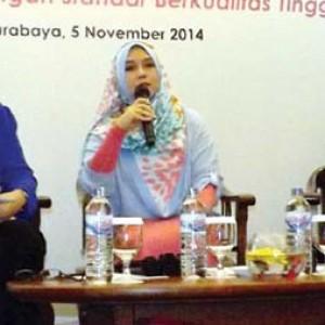 Dr Mira Irmawati (tengah) saat memberikan paparan tentang tumbuh kembang anak di Novotel Surabaya Hotel & Suites, kemarin (5/11).