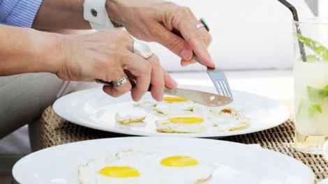 Makan Telur - www.suara.com