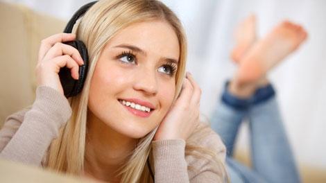 Mendengarkan Musik - cewekbanget.grid.id