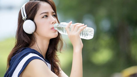 Minum Air Setelah Olahraga - www.vemale.com