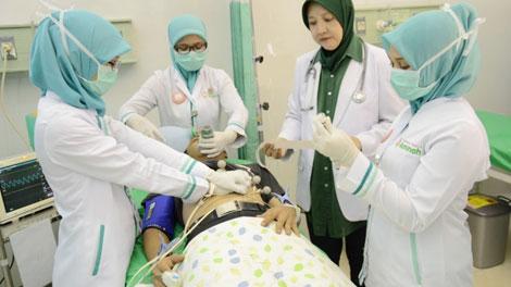 Pasien di Ruang Gawat Darurat - www.rsaminah.com