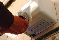 Pengering Tangan di Toilet Umum Sebarkan Bakteri?