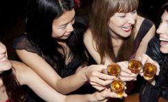 Wanita Minum Alkohol